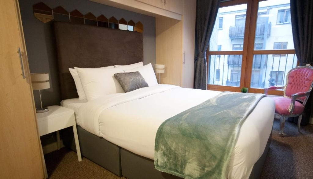 A bed or beds in a room at Handel's Apartments of Temple Bar
