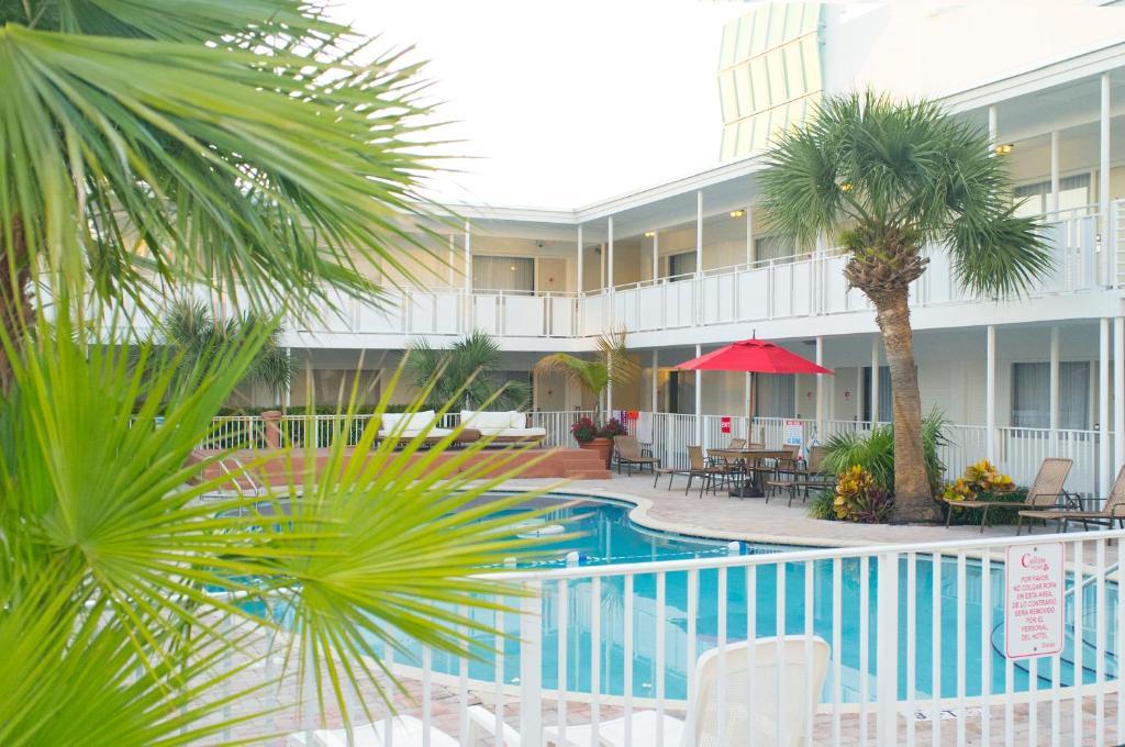 A piscina localizada em Collins Hotel ou nos arredores