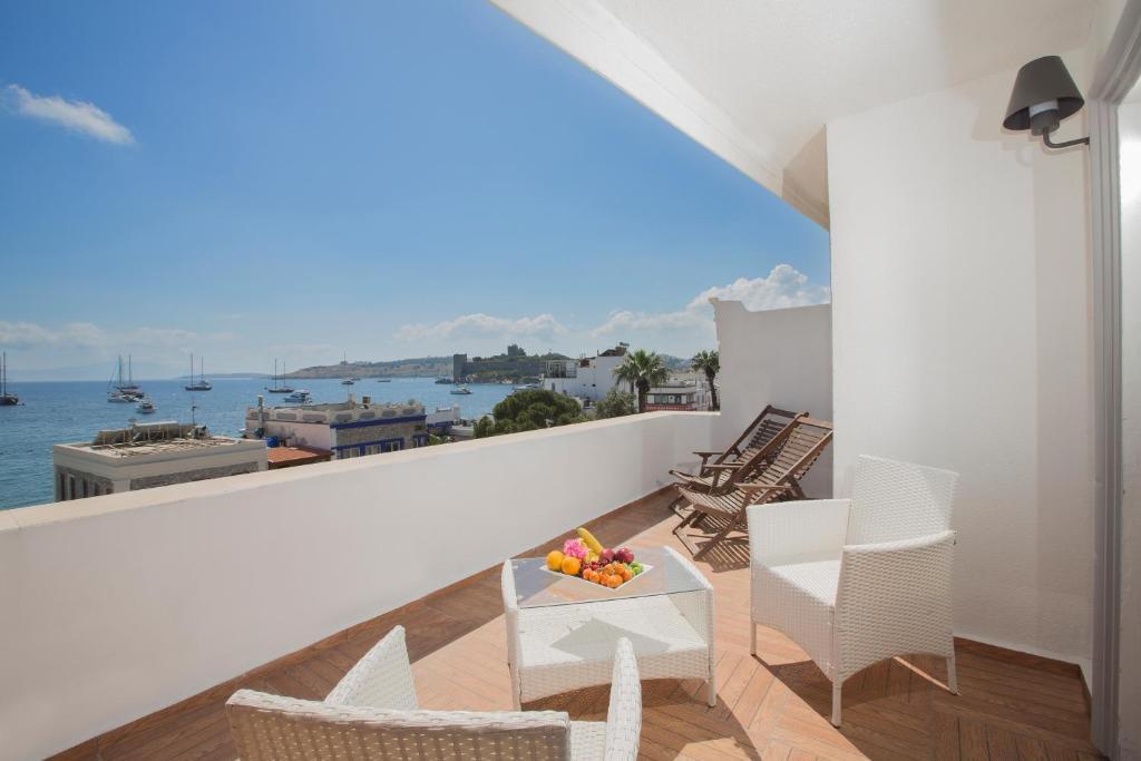 A balcony or terrace at Akkan Luxury Hotel