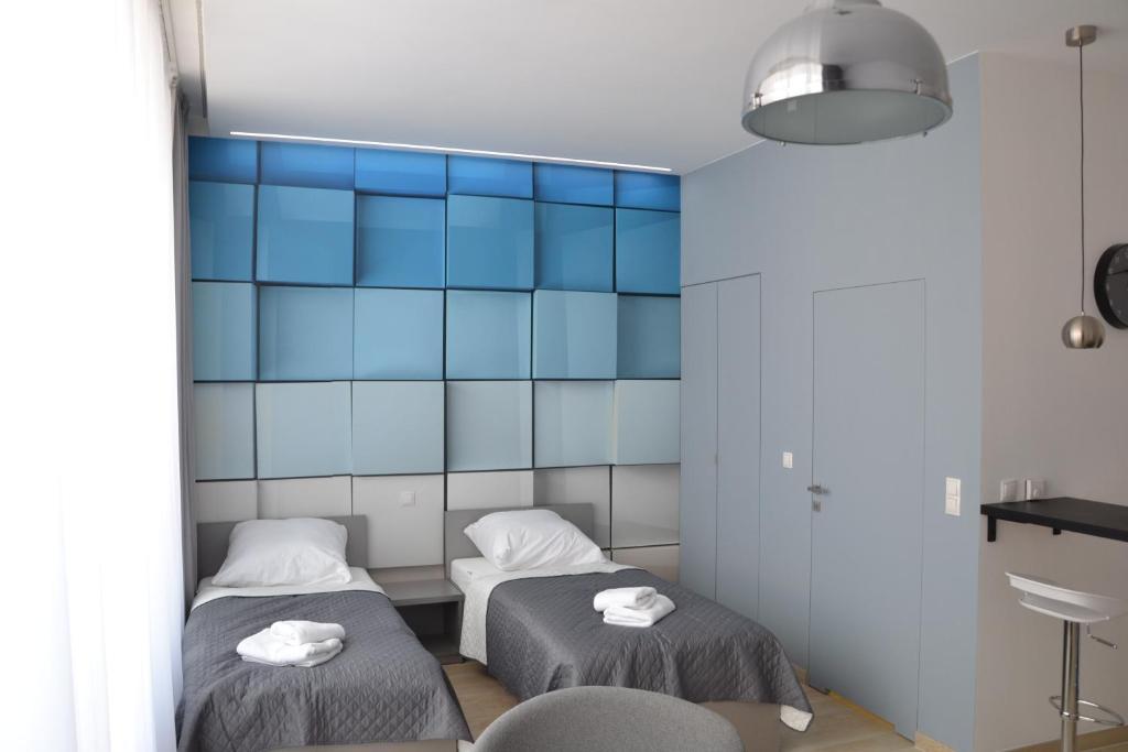 Łóżko lub łóżka w pokoju w obiekcie Apartamenty Krawiecka