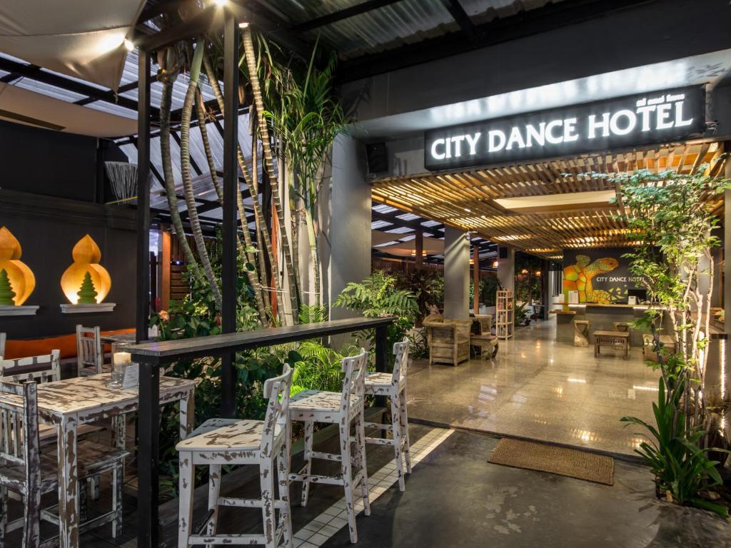 Un restaurant u otro lugar para comer en City Dance Hotel