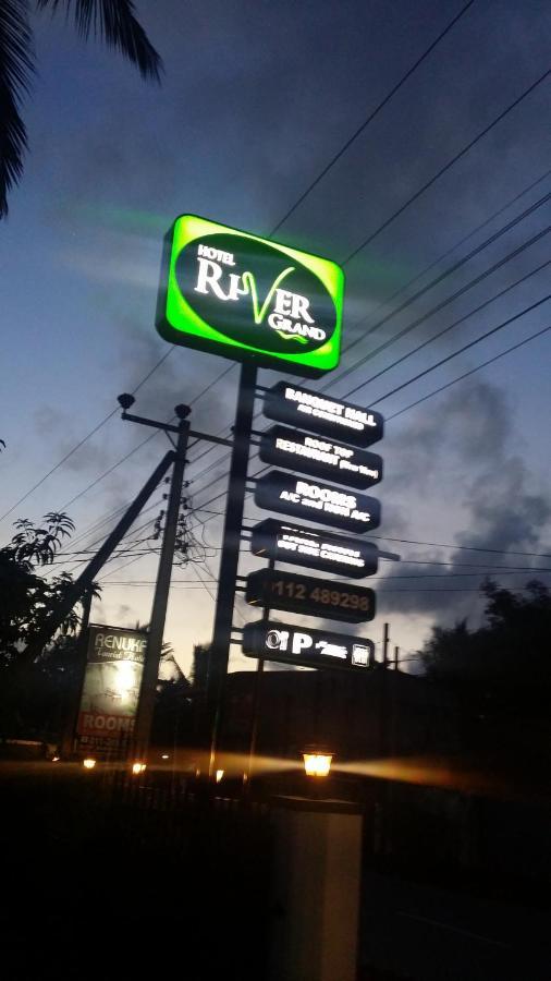 Отель  Hotel River Grand