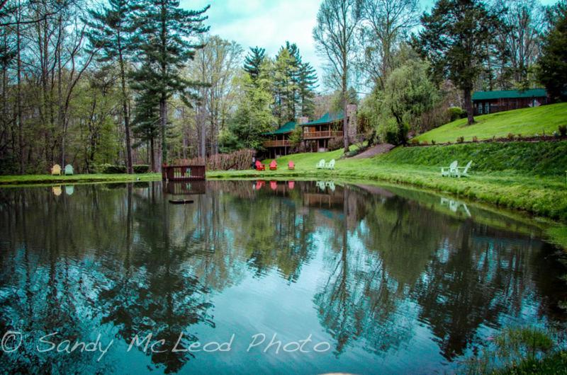 Курортный отель  Asheville Cabins Of Willow Winds