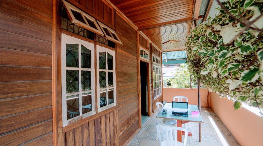 Проживание в семье  Flower House Manado
