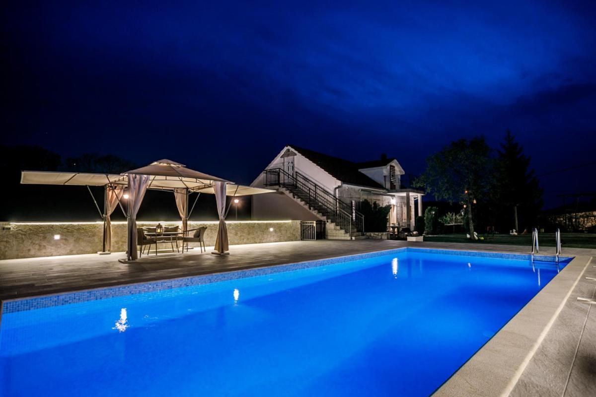 Дом для отпуска  BEAUTIFUL STONE HOUSE WITH LARGE POOL NEAR IMOTSKI