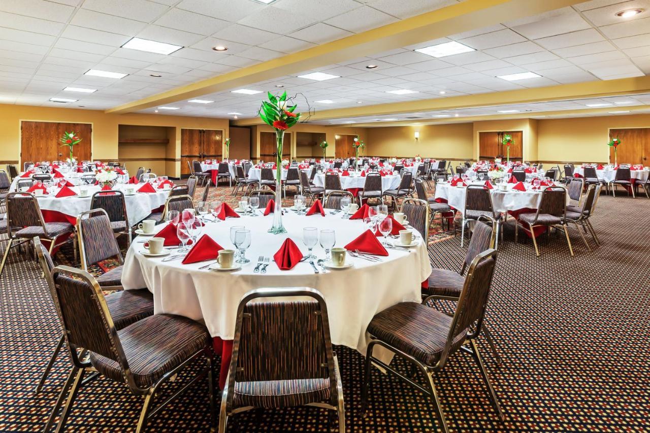 Отель  Holiday Inn Hotel & Suites Springfield