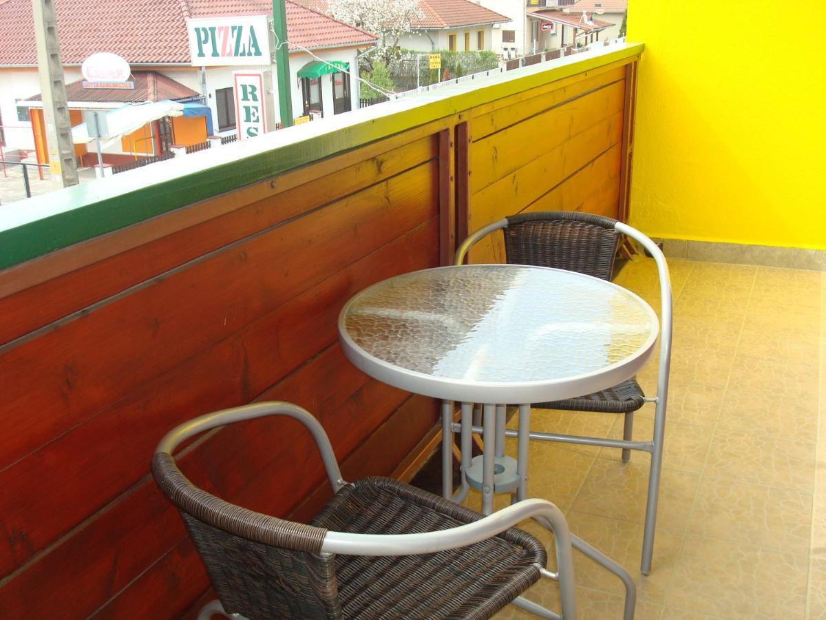 Ein Balkon oder eine Terrasse in der Unterkunft Hotel Napsugár