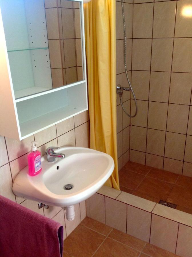 Ein Badezimmer in der Unterkunft Szent Orbán Panzió