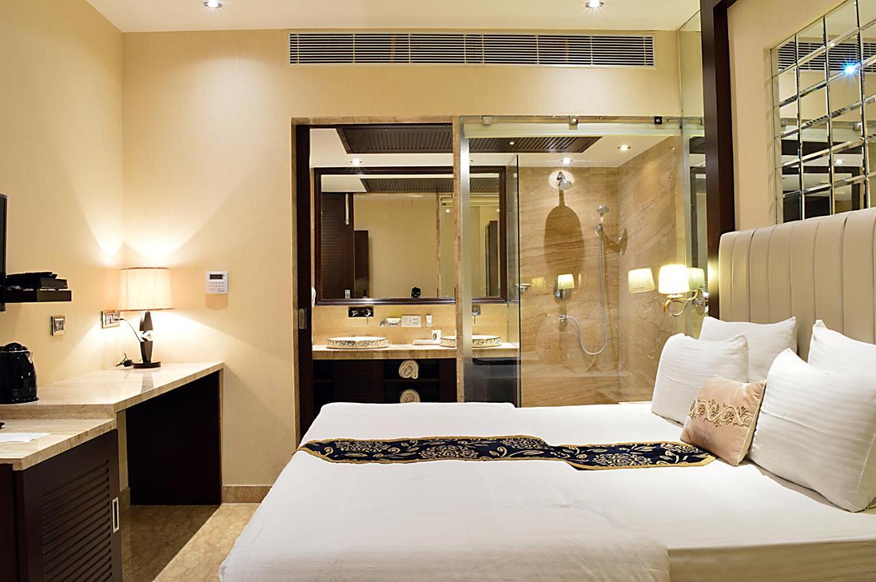 Отель  Hotel Emperor Palms At Karol Bagh