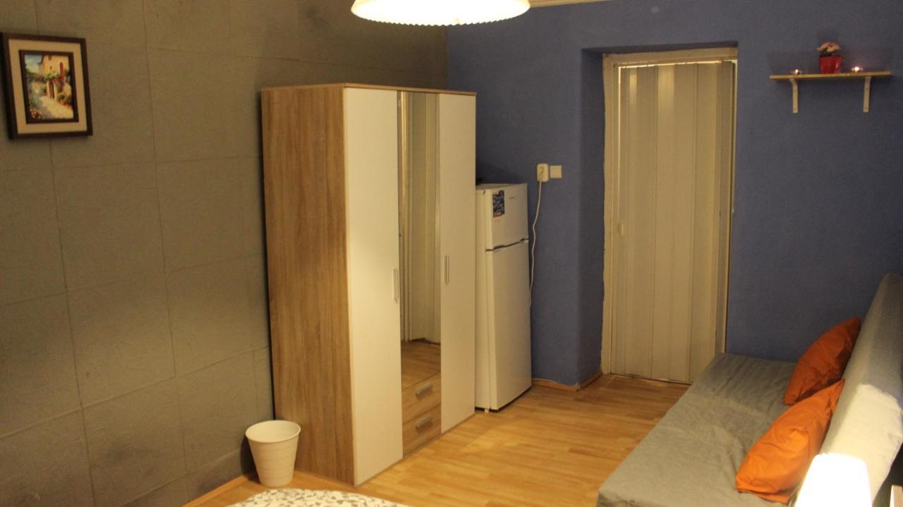 Konyhai szoba hűtőszekrény vízcsatlakozás