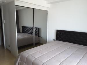Кровать или кровати в номере Central Pattaya Apartments