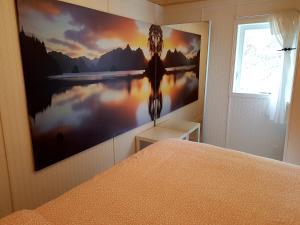 Télévision ou salle de divertissement dans l'établissement Chalet sur le Lac