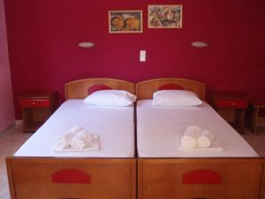 A bed or beds in a room at Studios Finikes