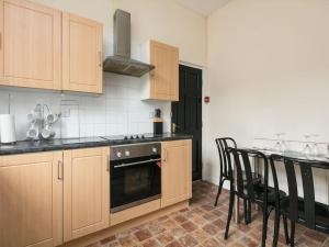 A kitchen or kitchenette at Chorlton Townhouse