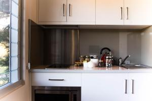 A kitchen or kitchenette at Eagle Peaks at Freycinet