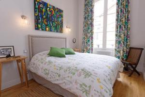 Ein Bett oder Betten in einem Zimmer der Unterkunft Bordeaux Appartement- Triangle d'or