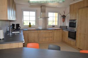 Een keuken of kitchenette bij Holiday Home Mooi - Voeren