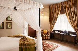 A bed or beds in a room at Jetwing Warwick Gardens