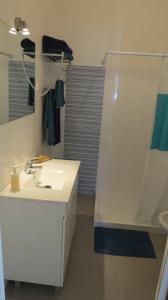 A bathroom at Vivenda Maria de Lourdes