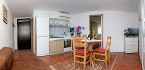 A kitchen or kitchenette at Apartment Dita