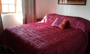 A bed or beds in a room at Wine Lovers Cottage Constantia