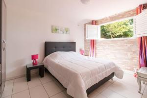 A bed or beds in a room at Un Chaleureux Paradis