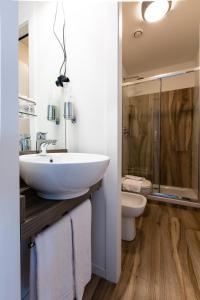 A bathroom at Aparthotel Isola