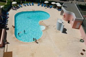 A view of the pool at Apartamentos Turisticos Coral do Vau or nearby
