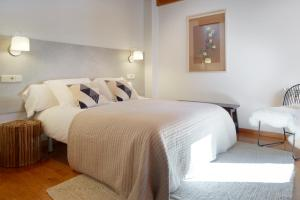 A bed or beds in a room at Apartamentos Vielha IV