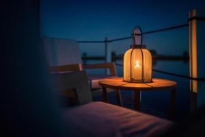 Ein Sitzbereich in der Unterkunft Schwimmende Suiten Usedom