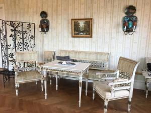 En sittgrupp på Gamla Stan Simrishamn