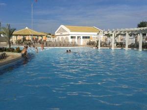 A piscina localizada em Park Lacqua Diroma ou nos arredores