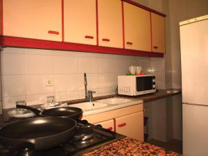 A kitchen or kitchenette at Aparthotel Bertrán