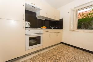 Kuhinja oz. manjša kuhinja v nastanitvi LCT Venetian Apartment
