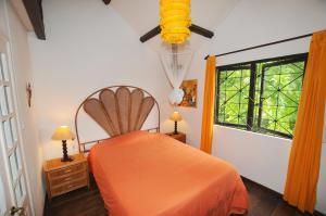 A bed or beds in a room at Villa de L'Artiste