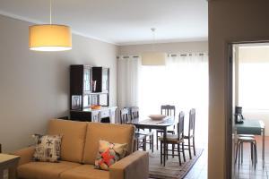 Uma área de estar em Belle View Apartment