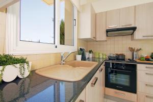 A kitchen or kitchenette at Villa Daisy