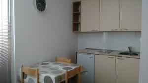 A kitchen or kitchenette at Lyon Apartments
