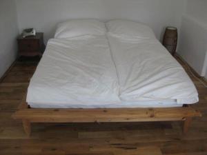 """Ein Bett oder Betten in einem Zimmer der Unterkunft Ferienwohnung """"Am Teich"""" in Blumenthal - Schleswig-Holstein"""