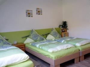 """Ein Bett oder Betten in einem Zimmer der Unterkunft Ferienwohnung """"Am Schlössel"""" für 2-4 Personen in Oberwiesenthal"""