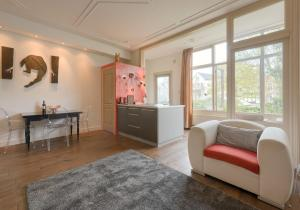 A seating area at Short stay Appartement Dependance Rotterdam
