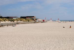 Uma praia em ou perto do apartamento