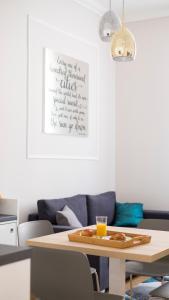 Posedenie v ubytovaní White Rose Apartment