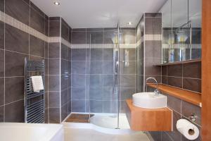 A bathroom at Kepplestone Manor