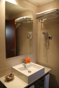 A bathroom at Suites Aragó 565 - Abapart