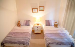 A bed or beds in a room at Eilean Feoir