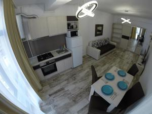 A kitchen or kitchenette at 911 Mamaia Apartments