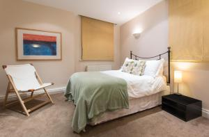 A bed or beds in a room at Urban Stay Abbotts Chambers Apartments