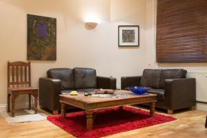 A seating area at Urban Stay Abbotts Chambers Apartments