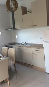 A kitchen or kitchenette at Apartment Gaga